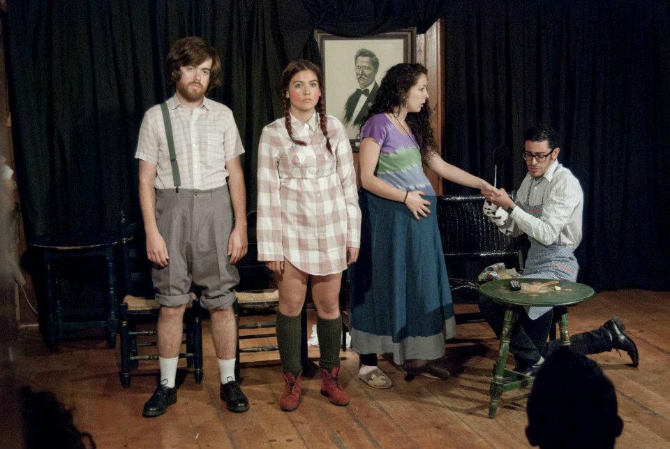 Actriz en Aquí huele a gas escrito y dirigido por Cristina García. Personaje Niña. Noches de Repálagos (Triana, Sevilla). Abril 2012.
